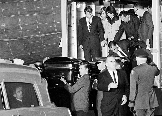 CASKET OF PRESIDENT JOHN F KENNEDY UNLOADED FROM AIR FORCE ONE 8X10 PHOTO 1963